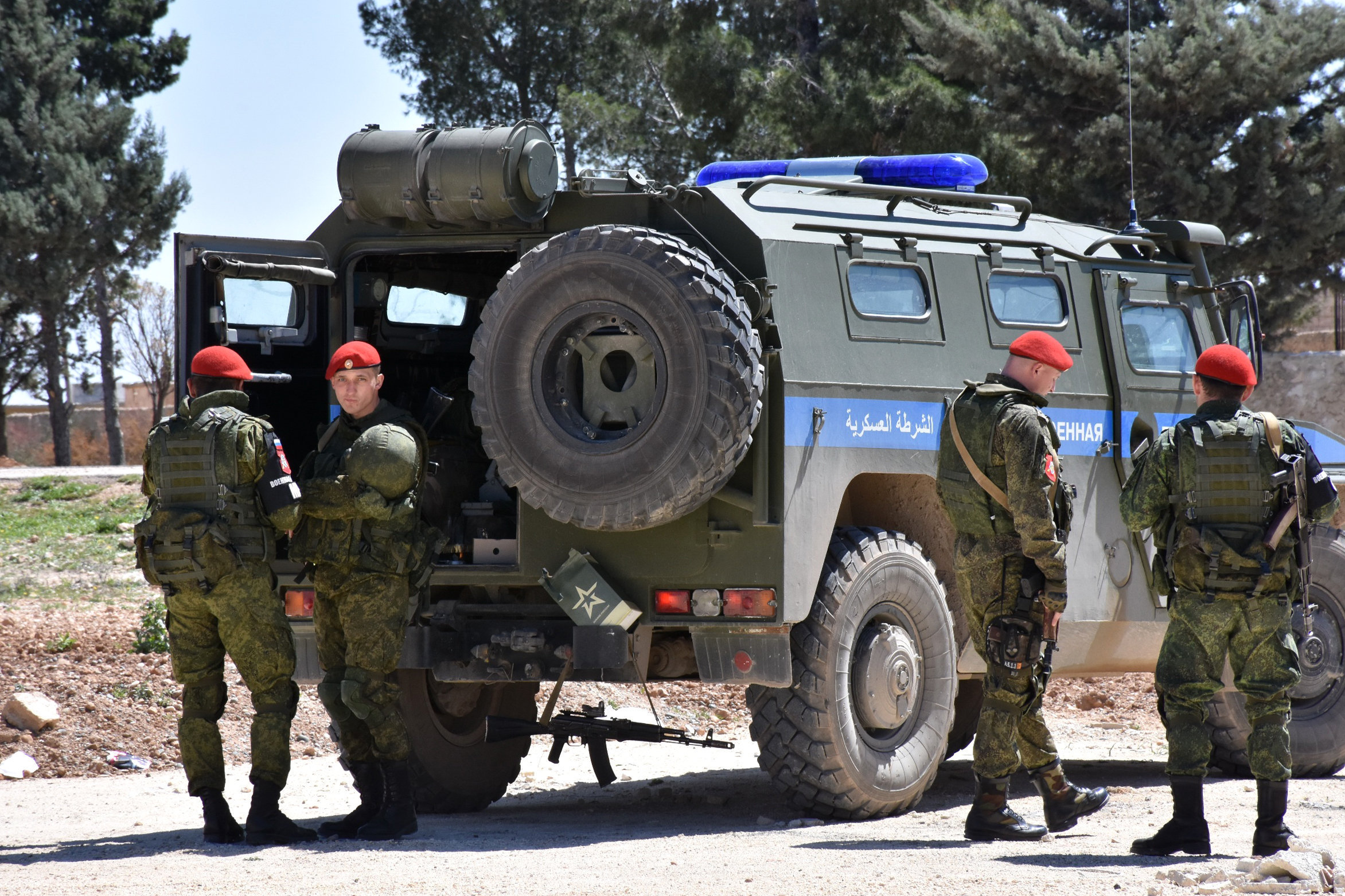 Syria war: Russia sends police to southern 'safe zones'